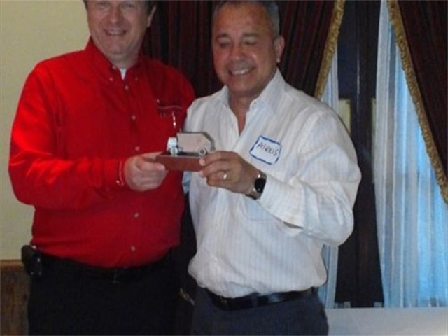 otc_2014_friedrich_bauer_presenting_alexis_medina_of_alex_with_an_appreciation_award__d8